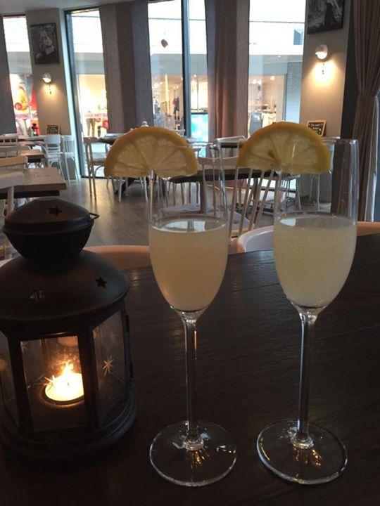 Laatste #introductie dag nieuwe #menu met als #welkomstdrankje ons #huisaperitief: #huisgemaakte limoncello met #prosecco  🥂🇮🇹